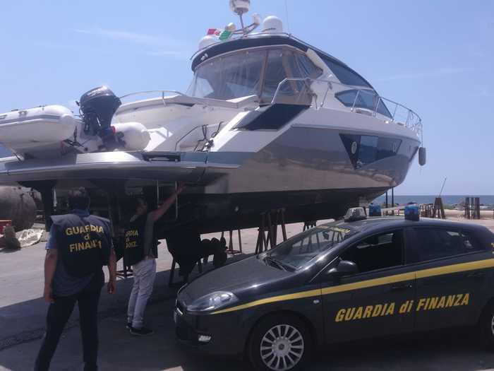 Photo of Castellammare, sequestrato lussuoso yacht dalla Guardia di Finanza