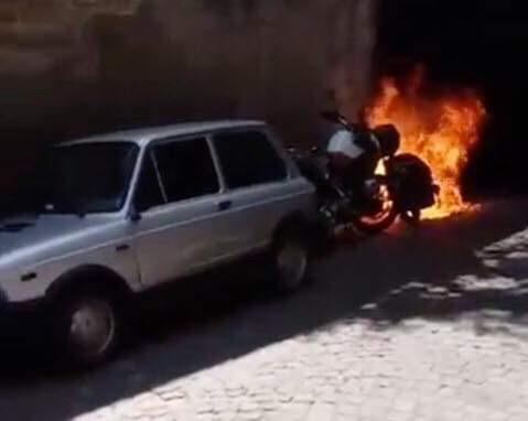 Photo of Napoli. Atto intimidatorio al consigliere regionale Borrelli: a fuoco il suo scooter