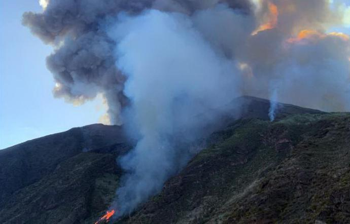 Photo of Lo Stromboli torna ad eruttare, colate di lava lungo la costa