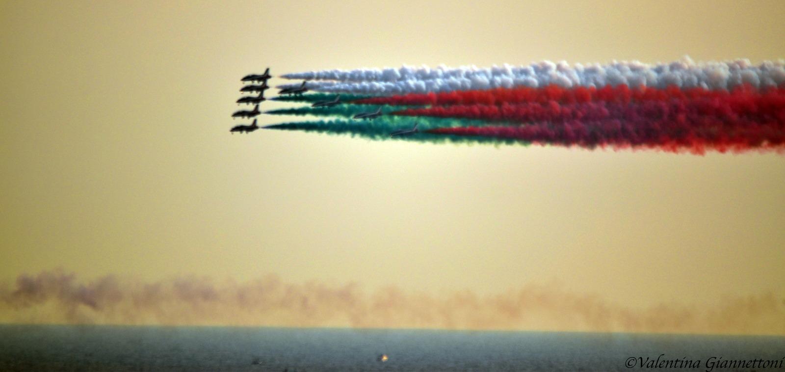 Photo of Reggio Calabria. Le Frecce Tricolori regalano spettacolo sul cielo dello Stretto (FOTO)