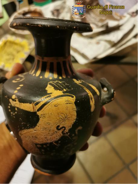 Photo of Napoli, teneva in casa un patrimonio archeologico del V secolo: sequestro da parte della Guardia di Finanza