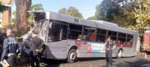 Photo of Roma, autobus finisce contro albero: 29 feriti, 9 in gravi condizioni