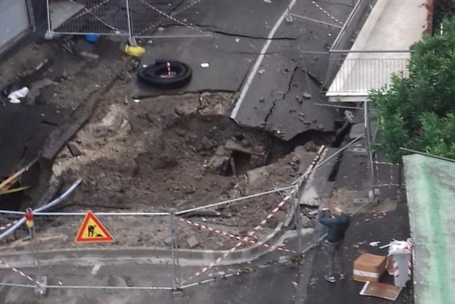 Photo of Napoli, tragedia sfiorata: maxi voragine in strada, 25 famiglie evacuate