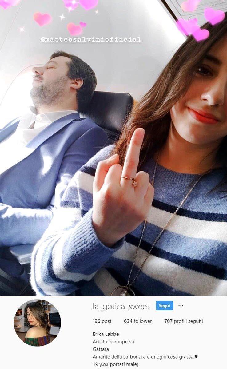 Photo of Immortala Salvini con un selfie e un dito medio, bufera social contro la 19enne barese costretta a chiudere gli account