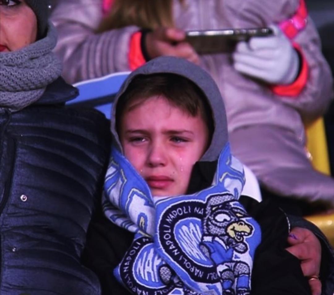 Photo of Crisi Napoli, sconfitta interna contro la Fiorentina: emblematica la foto del piccolo tifoso in lacrime
