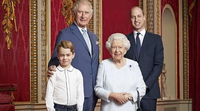 Photo of GB, Elisabetta ritratta con gli eredi al trono per celebrare il nuovo decennio
